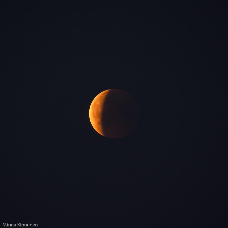I vanliga fall lyser månen i vitt när den är så här högt på himmelen. Men tack vare röken behöll den gula tonen.