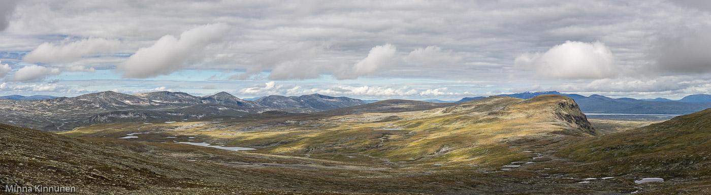 Skardsfjella i bakgrunden och Skilhtjåelkie till höger