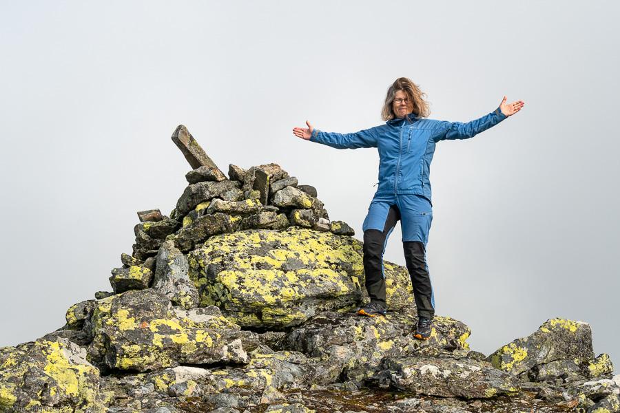 En nöjd vandrare på toppen