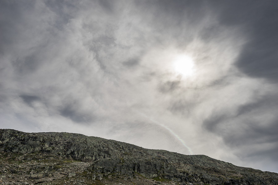 En märklig ljusbåge nedanför solen