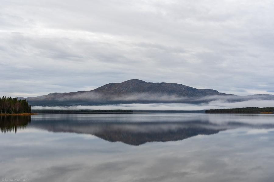 Spegelblank Ottsjön med Ottfjället i fonden